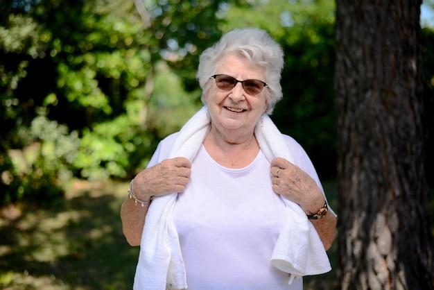 스포츠 피트니스 야외 녹색 자연을 하는 활동적이고 역동적인 노인 여성의 초상화