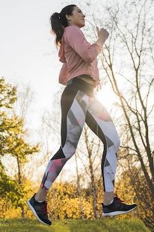 Портрет активной молодой женщины, бегущей