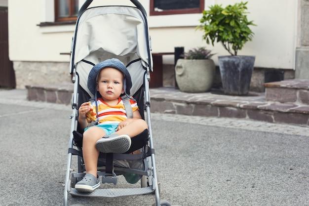 블레드 슬로베니아 거리에서 유모차에 탄 사랑스러운 아이의 초상화