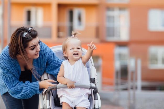 Портрет очаровательного ребенка в коляске на улице