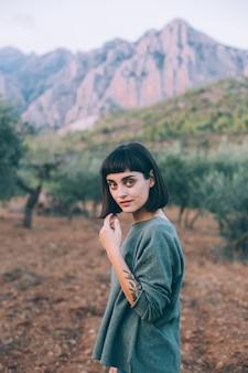 Портрет очаровательной и привлекательной милой миниатюрной женщины или молодой путешествующей женщины, улыбающейся