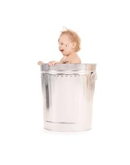 쓰레기통에 사랑스러운 아기의 초상화