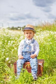 カモミールフィールドの花と愛らしい赤ちゃんの肖像画