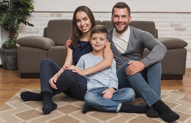 Портрет очаровательной семьи позирует
