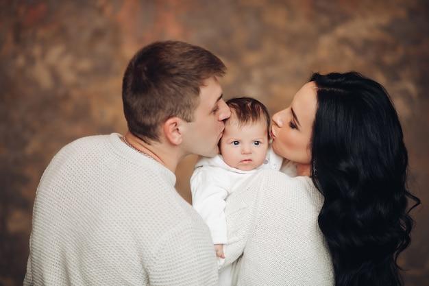 Портрет очаровательного малыша на руках у матери