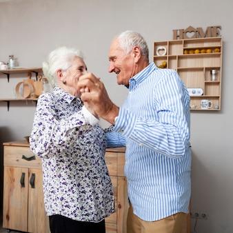 Портрет очаровательны пожилые пары танцуют