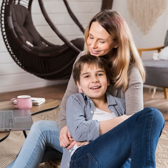 Портрет очаровательной матери и сына вместе