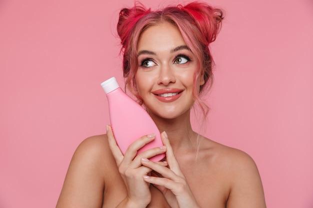 ボディローションボトルを保持しているカラフルな髪型を持つ愛らしい上半身裸の女性の肖像画
