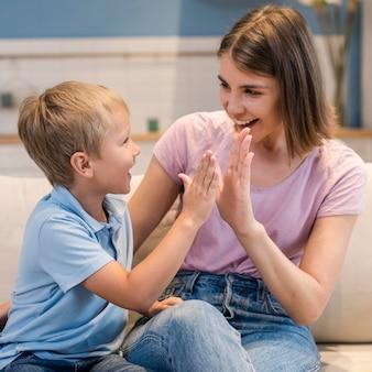 Портрет очаровательного сына, играющего с мамой