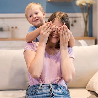 Портрет очаровательного сына, играющего с матерью