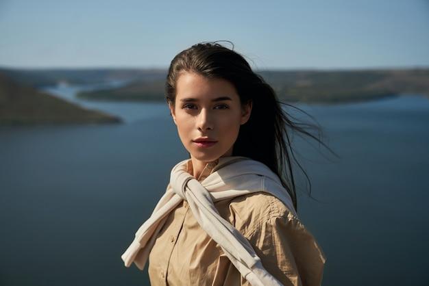 바코타 베이의 언덕에 서 있는 사랑스러운 여자의 초상화