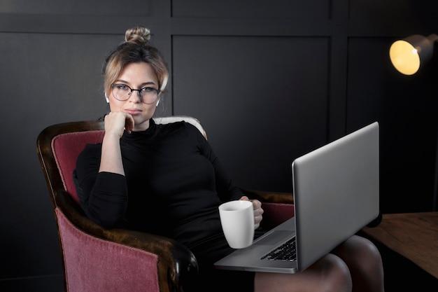 Портрет взрослой бизнесвумен, выпить кофе в офисе