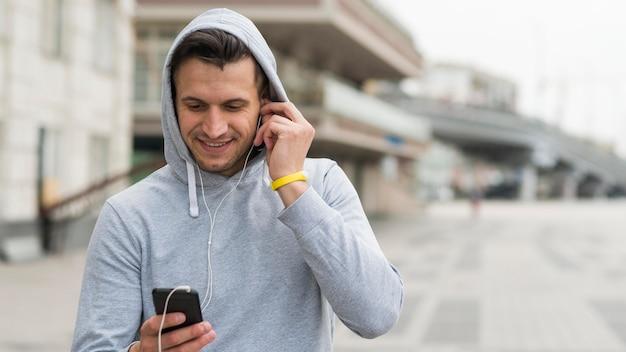 Портрет взрослого мужчины, слушая музыку