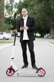 スクーターに乗る準備ができている大人の男性の肖像画