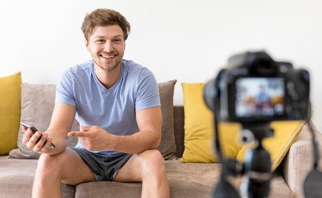 自宅で成人男性の録音の肖像画