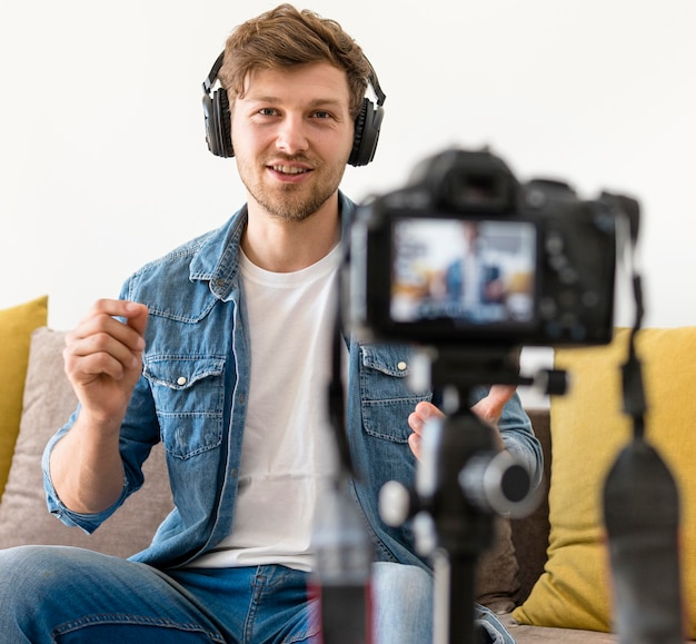 自宅で自分を録音する大人の男性の肖像画
