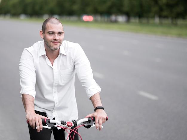 大人の男性が自転車に乗って屋外の肖像画