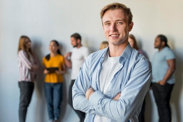 Портрет взрослого мужчины улыбается
