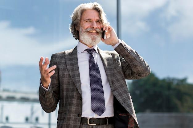 電話で話している大人の男性の肖像画