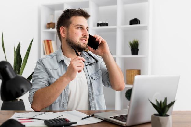 電話で話している成人男性の肖像画