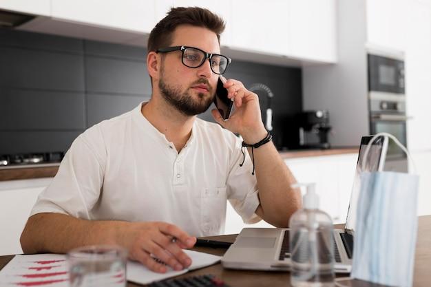 Портрет взрослого мужчины разговаривает по телефону