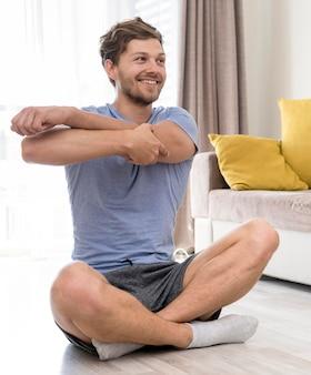 自宅で成人男性のトレーニングの肖像画