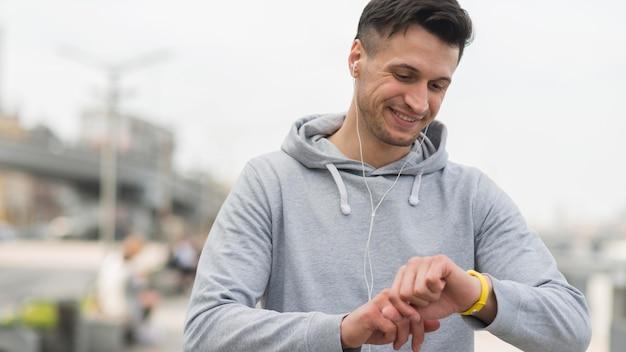 Портрет взрослого мужчины готовится к пробежке Бесплатные Фотографии