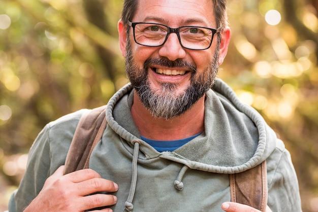 성인 남자의 초상화 미소와 야외에서 보이는