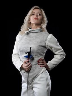 레이피어를 들고 성인 여자 검객의 초상화입니다. 올림픽 스포츠, 무술 및 전문 교육 개념