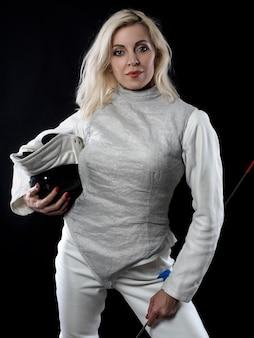 훈련 마스크와 레이피어를 들고 성인 여자 검객의 초상화. 올림픽 스포츠, 무술 및 전문 교육 개념