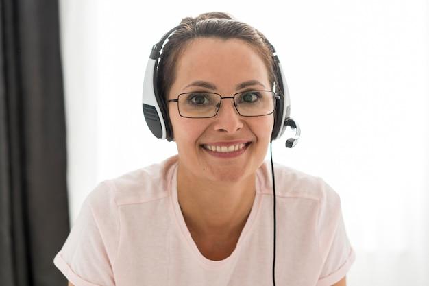 Портрет взрослой женщины улыбается