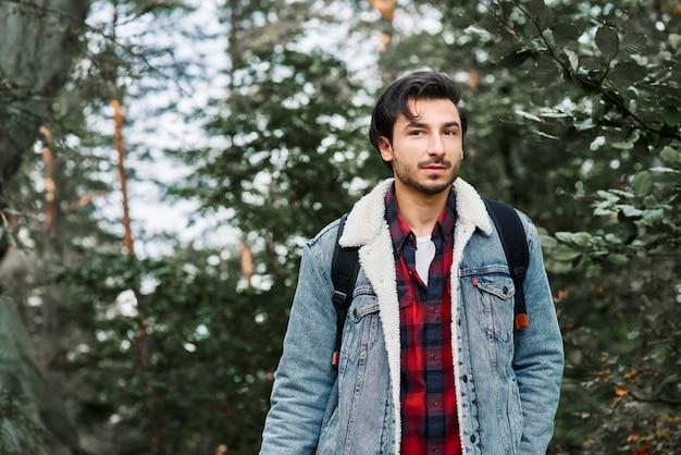 森の中の冒険的なハイカーの肖像画