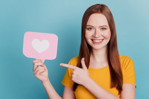 고문 여성의 초상화는 파란색 배경에 하트 카드 이빨 미소 직접 손가락 제안을 들고