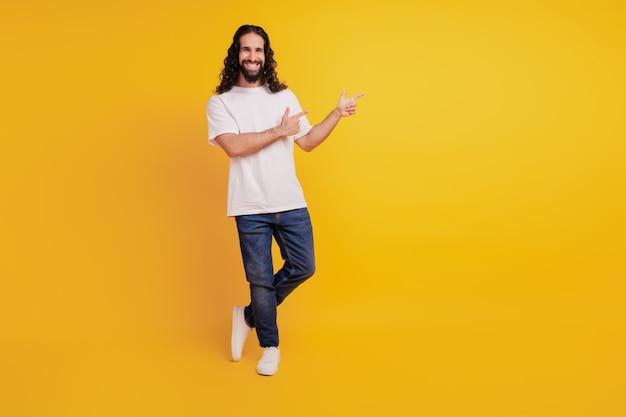 黄色の背景に顧問ポジティブ陽気な男の直接指空白スペースの肖像画