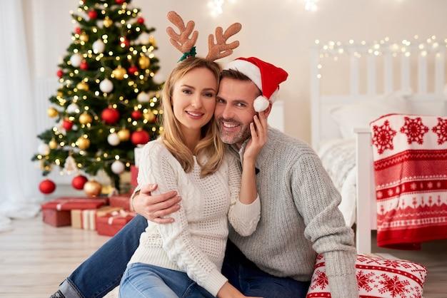 クリスマスの愛情のこもったカップルの肖像画