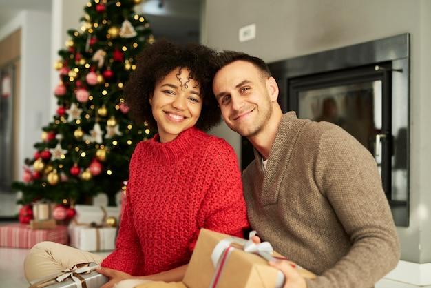 Портрет ласковой пары, готовой к рождеству