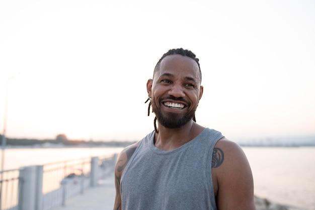 휴식을 취하는 아프리카계 미국인 운동선수의 초상화