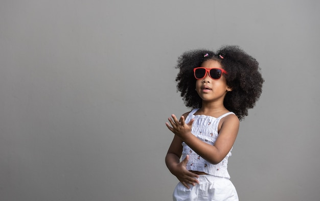 Портрет афро-американской девушки с вьющимися волосами, танцующей
