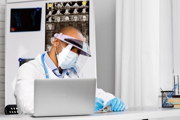 Портрет афро-американского врача в медицинской маске со стетоскопом