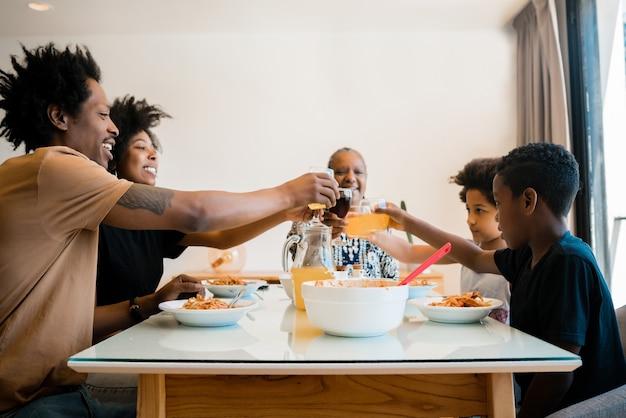 家で一緒に昼食をとっているアフリカ系アメリカ人の家族の肖像画。家族とライフスタイルの概念。
