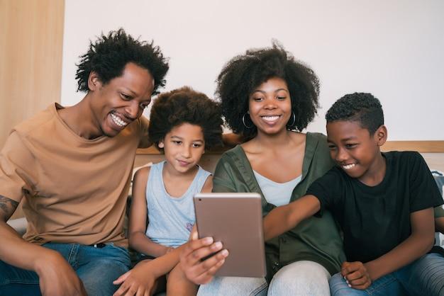 집에서 디지털 태블릿과 함께 셀카를 복용 아프리카 계 미국인 가족의 초상화