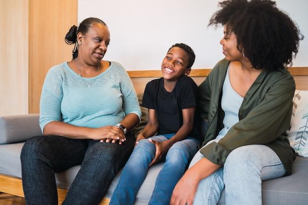 아프리카 계 미국인 할머니, 어머니와 함께 집에서 좋은 시간을 보내고 아들의 초상화. 가족 및 라이프 스타일 개념.