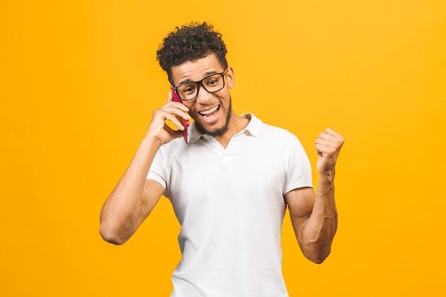 Портрет афро-американского парня разговаривает по мобильному телефону