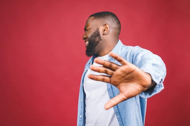 정지 신호에 손을 잡고, 경고하고 뭔가 나쁜 것을 방지하는 아프리카 계 미국인 남성의 초상화. 손바닥에 선택적 초점