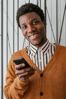 집에서 아프리카 계 미국인 남자의 초상화