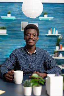 카메라에 웃는 아프리카계 미국인 남자의 초상화