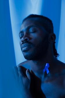 Портрет афро-американского мужчины с голубой лентой