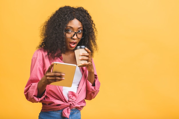 Портрет афро-американской женщины, пьющей кофе