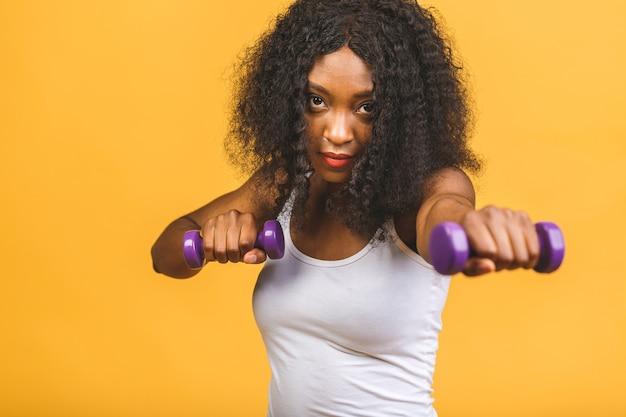 ダンベルで彼女の筋肉を行使するアフリカ系アメリカ人女性の肖像画