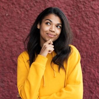웃 고 아프리카 계 미국인 여자의 초상화